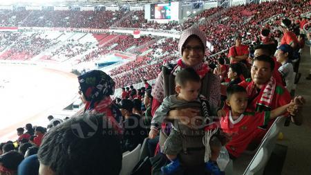 Suporter Timnas membawa anak menyaksikan laga Indonesia vs Islandia. - INDOSPORT