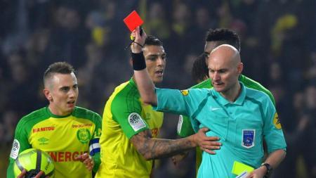 Tony Chapron diprotes para pemain Nantes setelah memberikan kartu merah kepada Diego Carlos. - INDOSPORT