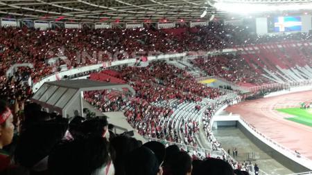 Kemeriahan suporter Timnas saat menyanyikan lagu Indonesia Raya di Stadion Utama GBK. - INDOSPORT