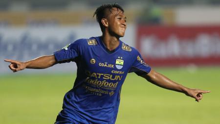Pemain Persib Bandung, Febri Haryadi, tak dimainkan pada laga kontra Arema. - INDOSPORT