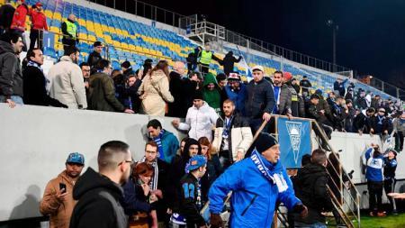 Penonton laga antara Estoril vs Porto diungsingkan ke arah lapangan pertandingan. - INDOSPORT