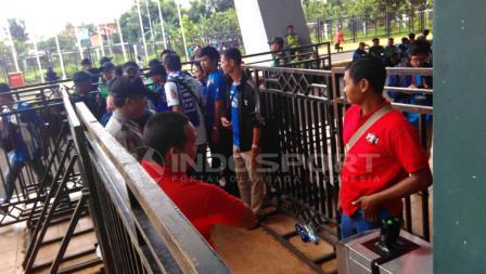 Bobotoh tampak tertib saat diperiksa petugas di Stadion GBLA.