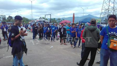 Situasi penonton diluar Stadion Gelora Bandung Lautan Api.