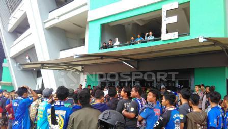 Bobotoh tampak berbaris rapih untuk memasuki Stadion GBLA.
