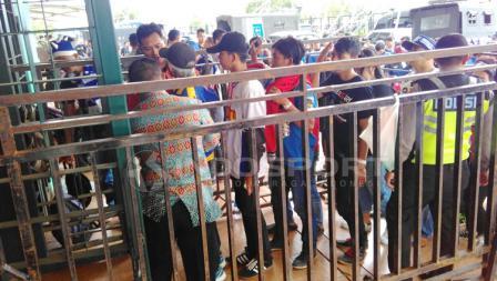 Petugas dan aparat keamanan saat mengecek satu persatu suporter yang akan menyaksikan laga pembuka Piala Presiden 2018.