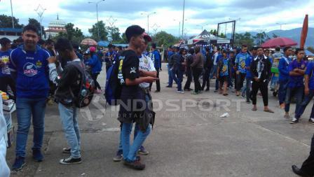 Situasi penonton diluar stadion Gelora Bandung Lautan Api untuk menyaksikan pembukaan laga Piala Presiden 2018.
