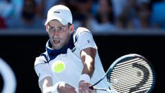 Indosport - Novak Djokovic mengembalikan bola kepada lawan.