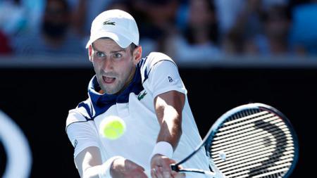 Novak Djokovic mengembalikan bola kepada lawan. - INDOSPORT
