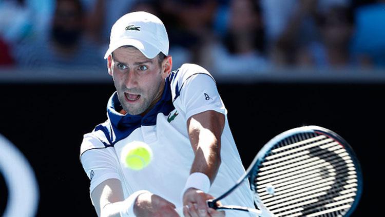 Novak Djokovic mengembalikan bola kepada lawan. Copyright: INDOSPORT