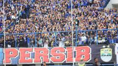 Indosport - Bobotoh saat menyanyikan lagu yel yel Persib Bandung.
