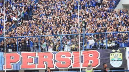 Bobotoh saat menyanyikan lagu yel yel Persib Bandung. - INDOSPORT
