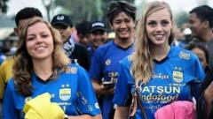 Indosport - Dua bule cantik pendukung Persib Bandung