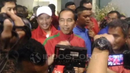 Joko Widodo setelah meresmikan turnamen laga Piala Presiden 2018 di Bandung. - INDOSPORT