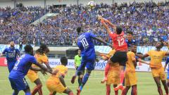 Indosport - Duel udara pemain Persib Bandung melawan Sriwijaya FC.