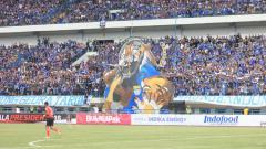 Indosport - Koreografi dari Bobotoh pada laga pembukaan Piala Presiden 2018.
