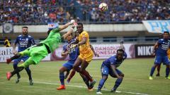 Indosport - Para pemain Persib Bandung kawal Mamadou NDiaye yang hampir menceploskan bola ke gawang mereka. Herry Ibrahim