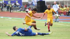 Indosport - Bojan Malisic berusaha menggagalkan aksi Adam Alis. Herry Ibrahim