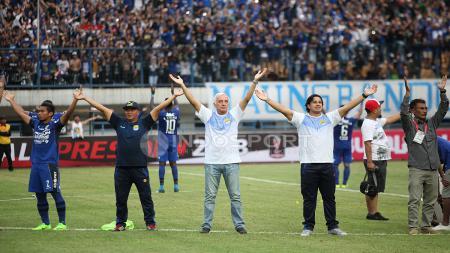 Roberto Carlos Mario Gomez dan jajarannya setelah berhasil menang atas Sriwijaya FC dengan skor 1-0. Herry Ibrahim - INDOSPORT