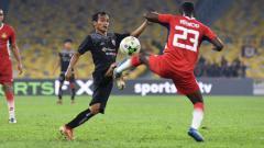 Indosport - Riko Simanjuntak saat tampil membela Persija melawan Kelantan FA.