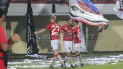 Indosport - Pemain Bali United selebrasi saat menang melawan Tampine Rovers.