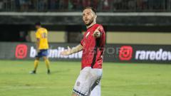 Indosport - Ilija Spasojevic saat terjun membela Bali United di Kualifikasi Liga Champions 2018.