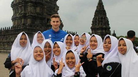 Kiper Timnas Islandia bersama siswi SMK di Yogyakarta - INDOSPORT