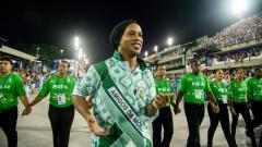 Indosport - Ronaldinho dalam sebuah acara karnaval di Brasil.