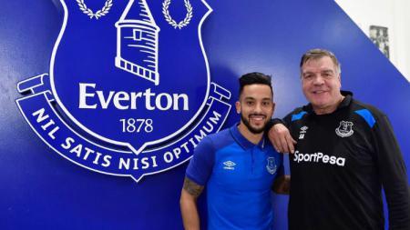 Theo Walcott bersama pelatih Everton - INDOSPORT