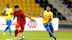 Indosport - Andri Syahputra (kanan) berusaha merebut bola