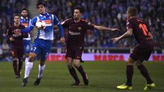 Indosport - Sergio Busquets berusaha merebut bola dari penyerang Espanyol, Gerard Moreno