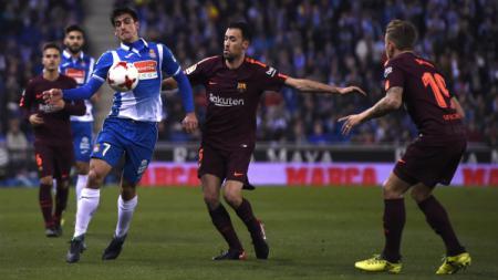 Sergio Busquets berusaha merebut bola dari penyerang Espanyol, Gerard Moreno - INDOSPORT