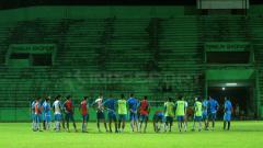 Indosport - Para pemain Arema FC melakukan sesi latihan malam hari.