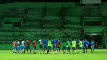Para pemain Arema FC melakukan sesi latihan malam hari. - INDOSPORT
