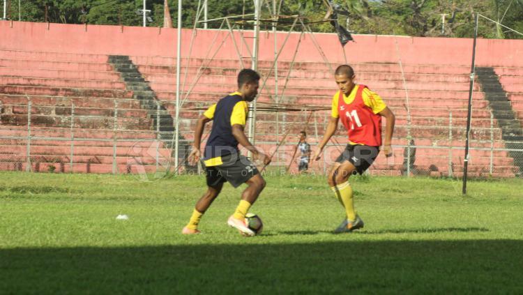 Elthon Maran berusaha lewati Hengki Ardiles Copyright: Taufik Hidayat/INDOSPORT