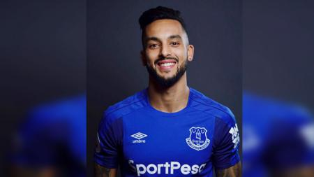 Theo Walcott resmi berseragam Everton. - INDOSPORT