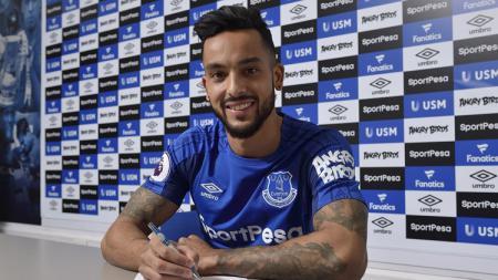 Theo Walcott menadatangi kontrak bersama Everton. - INDOSPORT