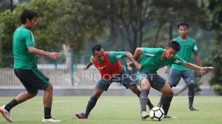 Perebutan bola antara Rachmat Irianto (kanan) dengan rekannya, Irfan Jaya saat latihan Timnas U-19 di Lapangan A Senayan. - INDOSPORT