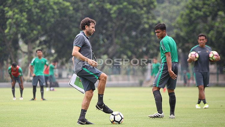 Pelatih Luis Milla memperagakan contoh kepada para pemainnya. Copyright: Herry Ibrahim/INDOSPORT