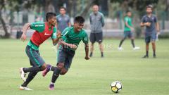 Indosport - Zulfiandi (kiri) melewati M Nur Hardianto.