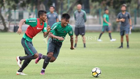Zulfiandi (kiri) melewati M Nur Hardianto dalam latihan Timnas U-23 di Lapangan ABC, Senayan, Jakarta. - INDOSPORT