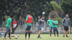 Indosport - Pelatih Luis Milla memberi arahan kepada para pemainnya.