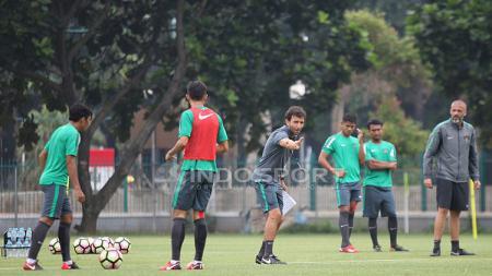 Pelatih Luis Milla memberi arahan kepada para pemainnya. - INDOSPORT