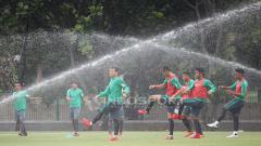 Indosport - Para pemain Timnas U-23 melakukan pemanasan sebelum melakukan latihan.