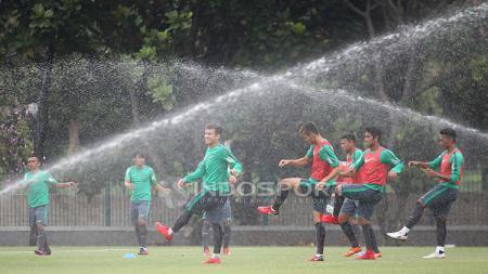 Para pemain Timnas U-23 melakukan pemanasan sebelum melakukan latihan. - INDOSPORT