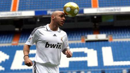 Eks pemain asing Borneo FC, Julien Faubert buka-bukaan tentang dirinya yang maki-maki dan tertidur saat masih membela Real Madrid. - INDOSPORT