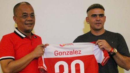 Cristian Gonzales saat diperkenalkan Madura United kepada awak media. - INDOSPORT