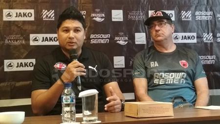 Pelatih PSM Makassar, Robert Rene Alberts dan pelatih Home United, Aidil Sharin. - INDOSPORT
