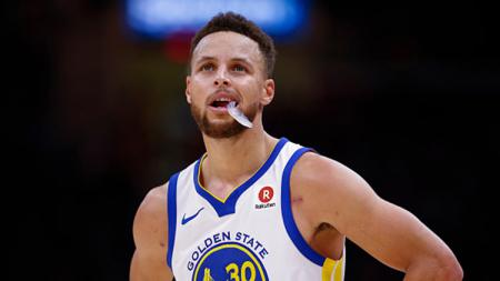 Bintang Golden State Warriors, Stephen Curry, dijagokan meraih gelar Pemain Terbaik alias MVP NBA musim 2019/20 mendatang. - INDOSPORT