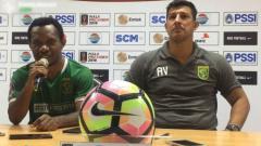 Indosport - Feri Pahabol dan Alfredo Vera dalam konferensi pers usai laga menghadapi PS TNI.