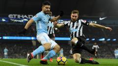 Indosport - Sergio Aguero dihalangi pemain Newcastle.